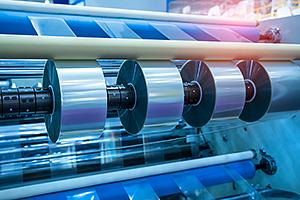 Eine Maschine produziert Klebebänder