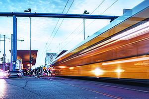 Eine gelbe Straßenbahn fährt vorbei