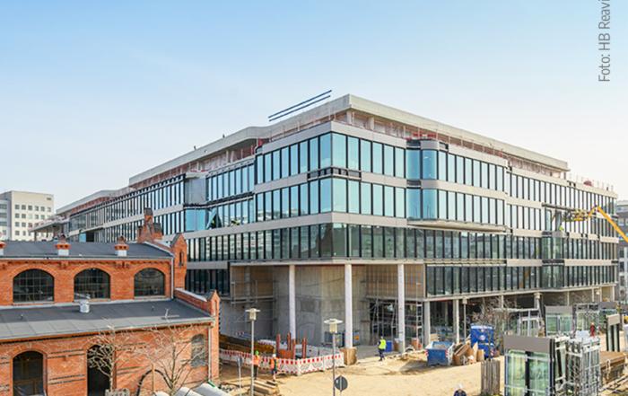 Noch im Bau befindliche Fassade des neuen Bürogebaudes